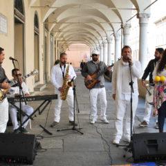 I Batà 'Ngoma si esibiscono per le strade di Faenza durante l'ultima edizione del Mei