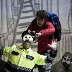 Un giovane Sherlock Holmes fra rigidità e paure. 'Lo strano caso del cane ucciso a mezzanotte' al Teatro Elfo Puccini di Milano