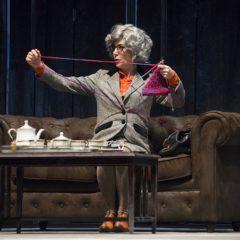 Maria Amelia Monti mattatrice di una commedia inesistente. 'Miss Marple – Giochi di prestigio' di Agatha Christie al Teatro della Pergola di Firenze