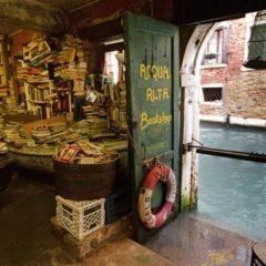 Frugando in mezzo ai libri galleggianti. La libreria 'Acqua alta' di Venezia