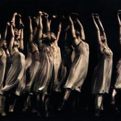 L'eredità Bausch. Dieci anni dalla scomparsa della grande artista del corpo (delle sue sonorità, fruscio, silenzio, movenze….)
