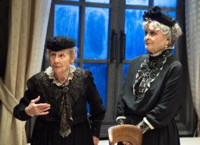 Folle nottata a Brooklyn. 'Arsenico e vecchi merletti', con Giulia Lazzarini e Anna Maria Guarnieri, alla Pergola di Firenze