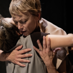 La comprensione del mondo. 'Anna dei miracoli', regia di Emanuela Giordano, al Teatro Il Maggiore di Verbania