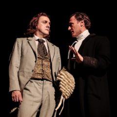 Atti osceni. I tre processi di Oscar Wilde. L'arte come serio ludere e la banalità inartistica del male al Teatro Elfo Puccini di Milano