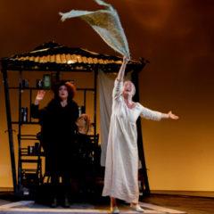 """""""E' così difficile essere cattivi"""". 'L'anima buona di Sezuan' di Bertolt Brecht, con Monica Guerritore, al Teatro Stabile di Catania"""