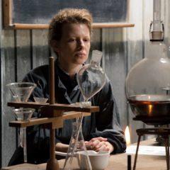 """La vita è insignificante se non si può pensare in due. Amori, fortune e disgrazie di un genio: la """"Curie"""" di Marie Noëlle"""