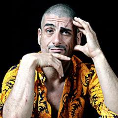"""Intervista ad Alessandro Riccio, """"regista, attore, autore, truccatore, cantante, scafista, croupier e spogliarellista"""""""