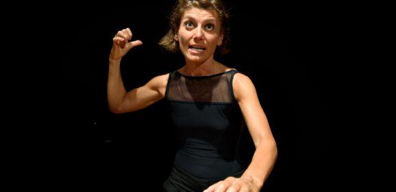 """Via dalla """"sorte bizzarra e cattiva"""". 'La vita salva' di e con Silvia Frasson alla Festa del Teatro di San Miniato – prima assoluta"""