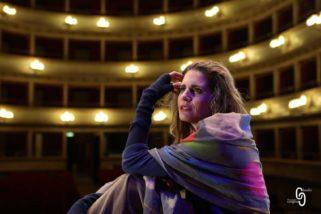 """Silvia Siravo interpreta il ruolo di Io nel """"Prometeo"""" dal Teatro Romano di Volterra fino al Teatro Greco di Tindari"""