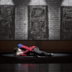 'Lo strano caso del cane ucciso a mezzanotte' al Teatro Elfo Puccini di Milano: come raccontare temi dolorosi con leggerezza e comicità